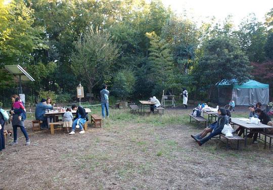 ●気持ちのよい庭で秋の一日を思い思いに楽しむ人たち