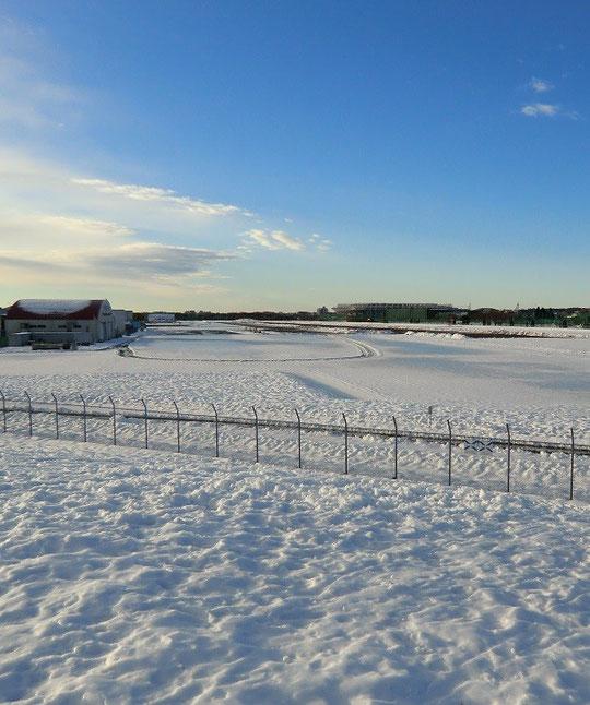 2月18日(2014) 雪におおわれた飛行場:2月16日に武蔵野の森公園から撮影
