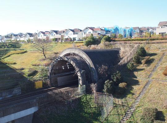 12月24日(2018)住宅とトンネル:住宅とむき出しになった巨大な穴に遭遇し、何か訳がわからず驚きました。しばらくするとその穴から貨物列車が現れ納得しました。稲城市にある武蔵野線です。