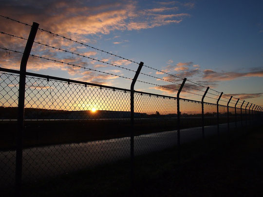 12月2日(2014) 飛行場の夜明け:11月27日に武蔵野の森公園から調布飛行場の滑走路を撮影