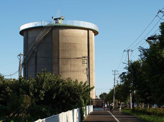 7月29日(2016) 給水塔のある道:武蔵境通りの三鷹市部分にある上連雀浄水所の給水塔。まわりに高い建物がないので、とても目立ちます