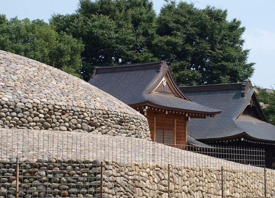 7月14日(2015)武蔵府中熊野神社古墳:発見された上円下方墳としては国内最大級のもの(国指定史跡)。武蔵国を代表する首長クラスの墓と考えられているという。写真は整備された古墳の形と神社