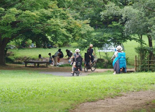 7月11日(2018)わき水広場へ:都立野川公園にある「わき水広場」は、国分寺崖線(はけ)の湧水が夏でも冷たい子どもたちに大人気の場所。お母さんの自転車隊が到着です。
