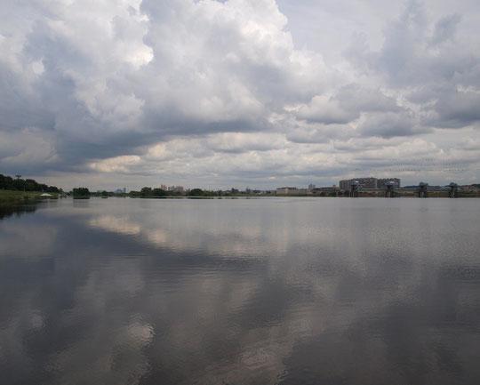 6月28日(2014) 梅雨空の多摩川:右手に取水堰、左手にサイクリングロードが見える(6月27日に調布市内で撮影)