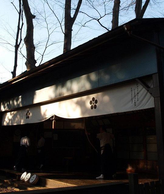 2月11日(2013) 小金井神社弓道場(小金井市:寒冷の空気の中、凛としたけいこが行われていました)