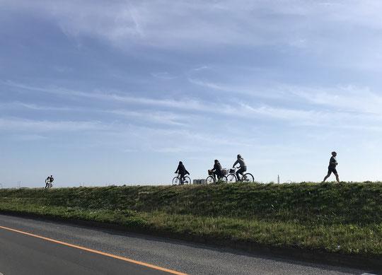 3月24日(2021) 多摩川サイクリングロード:天気のよい春の日。多摩川の土手の道は、自転車、歩き、走りと楽しみ方もいろいろ。密にもならず、気持ちよさそうでした。多摩河原橋の近くにて