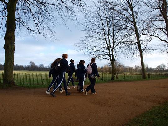 オックスフォード(コッツウォルズ)、クライストチャーチ近くの道を歩く学生(ハリーポッター的世界)