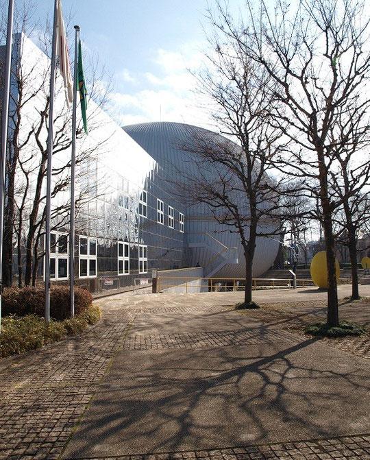 2月1日(2013)多摩六都科学館(西東京市)。奥の円形の建物がプラネタリウムです