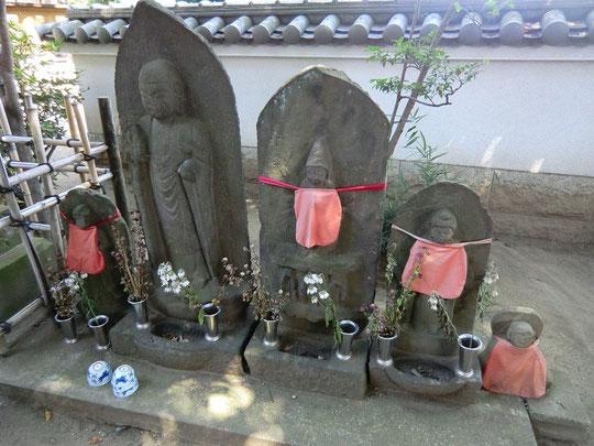 8月27日(2012) 祇園寺の石仏(調布市) 家族のようにも見える