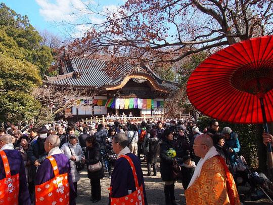 2月3日(2016) 節分会豆まき式(深大寺):豆まきが行われる前に、僧侶や檀上にあがる人が行列をつくり境内を歩いているところです
