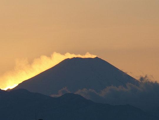 1月10日 (2014) 熱き心の富士? 世界遺産に認定された富士山。新年を迎え、熱き心で燃え上がっているように見える(国立天文台裏の富士が見える場所から夕刻に撮影)