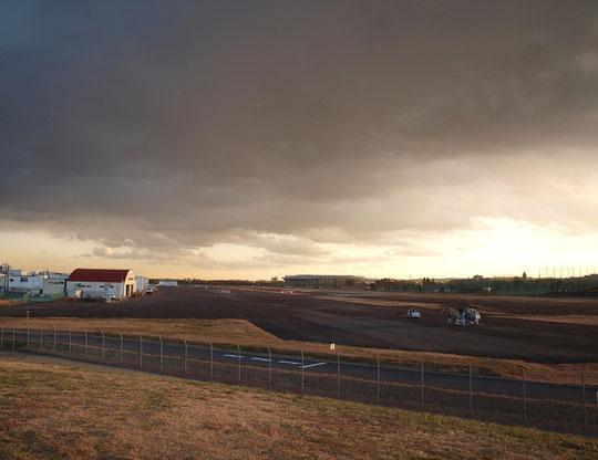12月20日(2012) 夕暮れの飛行場(調布飛行場)
