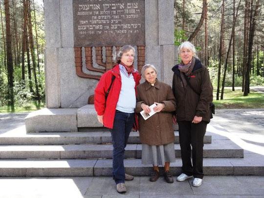 Gerda Vonnahme-Bär, Zeitzeugin Fania Brancovskaja und Gertrud Tölle  an einer Gedenkstätte im Wald von Ponar