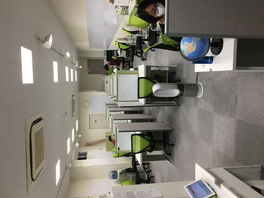 塾内の座席数を10席に限定。過密を避けた学習環境です