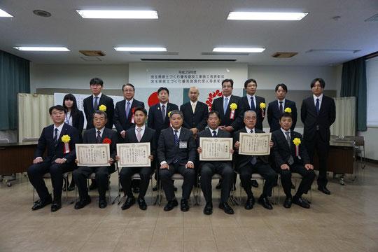 埼玉建設新聞様から頂いた表彰式後の集合写真。おはまーがど真ん中に写っています。