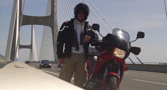 Ponte Vasco da Gama, ilegalmente parado para a foto. Não sei como não fui multado...