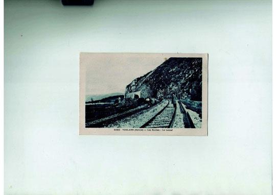 Chemin de fer entrée nord de Voglans fin XIX début XX. Remarquez la trace noire laissée par la fumée des locomotives à l'entrée du tunnel.