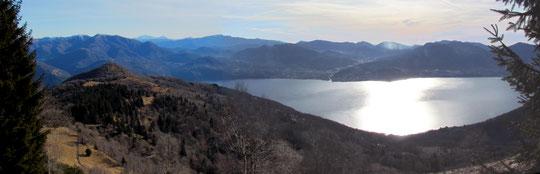 Il monte Carza, a sinistra e il lago Maggiore