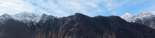 A sinistra Strighet, a destra Corno di Scarpignano e Tignaga