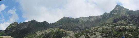 Al centro il Cimone di Cortechiuso, a destra la Cima della Laurasca