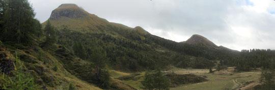A sinistra il monte Corbernas, a destra il monte Sangiatto