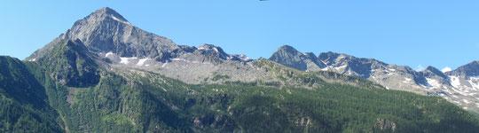 A sinistra il Pizzo Ton, al centro il Pizzo San Martino
