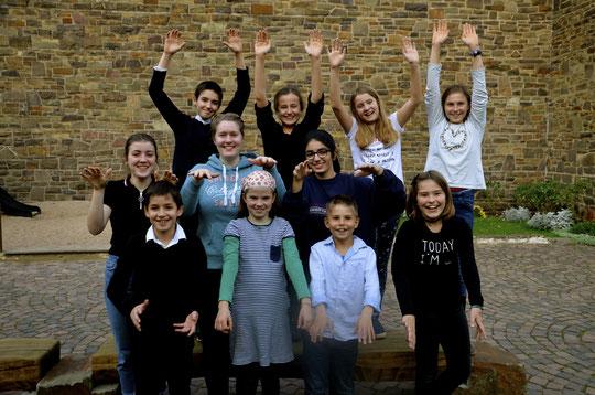 Montags von 16.00h bis 16.30h treffen sich regelmäßig  15-20 Kinder im Alter von 5-9 Jahren, um im Saal der Lukaskirche fröhlich miteinander zu singen. Chorleiter Thomas Neuhoff, Kantor der Lukaskirchengemeinde, bringt den Kindern auf spielerische Weise d