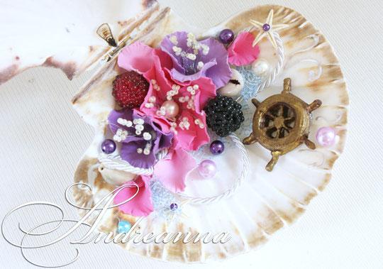 Шкатулка-ракушка для колечек с лилово-сиренево-голубым вкраплением и экзотическими цветами (цветы всегда на Ваш выбор, разработка под букет). Полностью ручная работа, натуральные раковины. Все раковины по размеру, примерно, 16х13см. Стоимость 800 грн