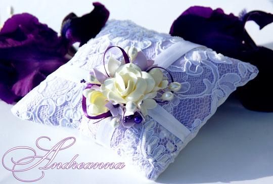 Подушечка для колец  «Лиловая фрезия и гардения» стоимость 450грн (цветочные композиции ручной работы).