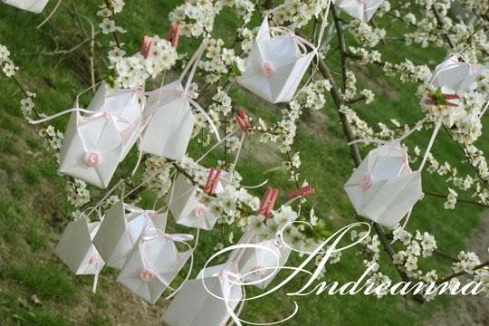 """Бонбоньерки """"сундучки"""" с молочного, перламутровго дизайнерского картона с добавлением розочек (в любом цвете), стоимость 13грн"""