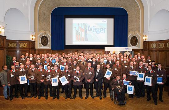 Gruppenfoto der mit 5 Helmen ausgezeichneten Feuerwehren Österreichs