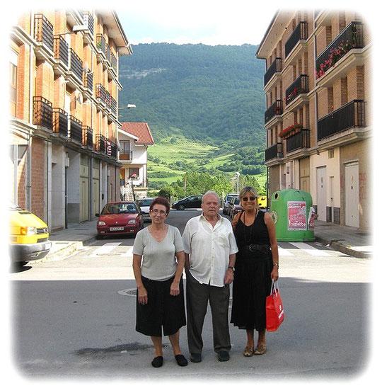 José con su esposa Silvi y su amiga Daniela ALSASUA ( Navarra )