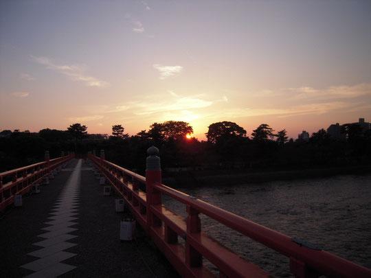 京都 宇治 朝霧橋 平等院の後ろに沈む夕日 H24.10.21
