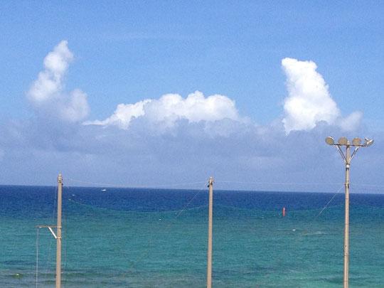 バスクリン状態の海と、カニさんが両手を挙げているかのような雲