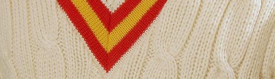 Weißer Clubpullover mit rot-gelber Bordüre von Joint Colours