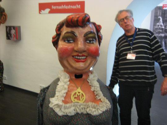 Freundlicher Führer im Museum mit Vorführung des Schwellkopps