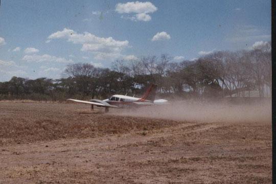 Start auf dem Rungwa Airstrip in Tanzania