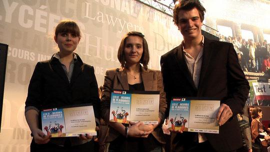 L'équipe avec son diplôme de participation au 15e concours lycéen de plaidoiries pour les droits de l'Homme