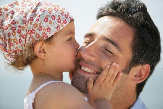 So möchte man es haben: Ohne Angst vor Mundgeruch unbefangen reden, lachen und die Nähe zu anderen genießen. (© auremar - Fotolia.com)