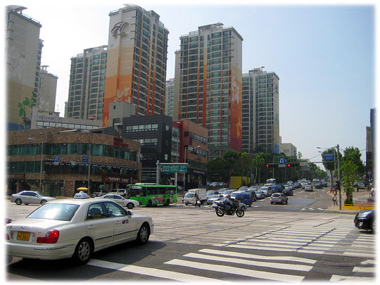 This photo shows a huge road crossing at Gangnam district. Bilder von einer Straßenkreuzung und Autos in Seoul