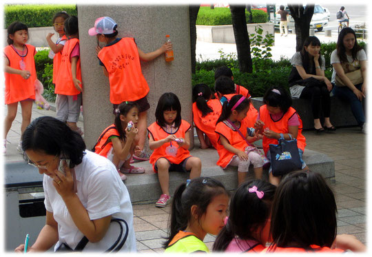 Pictures of Korean children playing at Gangnam COEX center. They wear colorful lovely safety vests to be seen from the car drivers. Fotos von koreanischen Kindern mit Sicherheitswesten