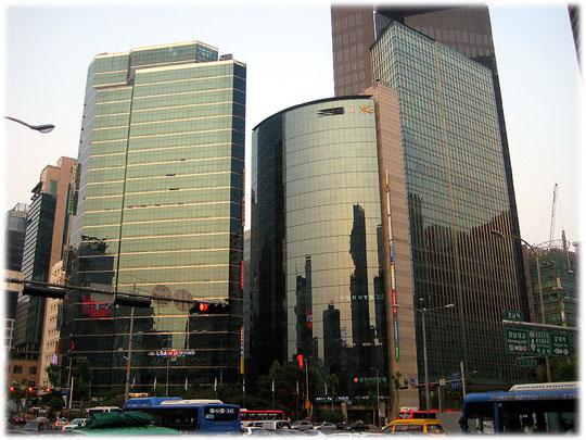 Pictures of three skyscrapers of Seoul on the opposite site of the Samsung headquarters. It is close to Gangnam station. Bilder von Wolkenkratzern an einer Straßenkreuzung an der U-Bahn Gangnam