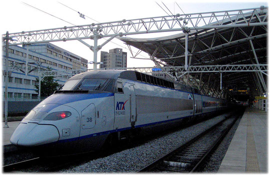Picture of the KTX train in Seoul, the high speed fast train standing at the main station. Foto vom Hochgeschwindigkeitszug KTX am Hauptbahnhof.