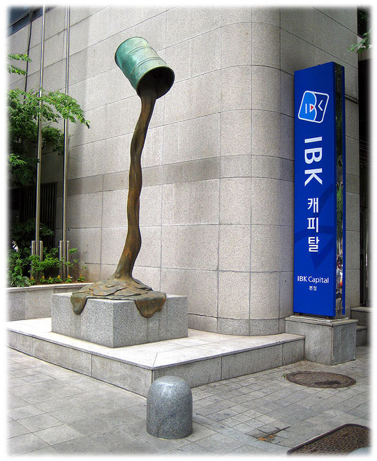 Picture of a modern art in front of an office building. The streets of Korea are full of modern art. Fotos von moderner Kunst an Bürogebäuden in Korea