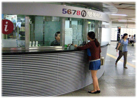 That picture shows a Seoul subway station info point at Seoul railroad station. Bild eines Seoul U-Bahn-Informationsschalters.