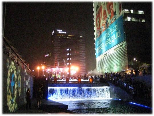 This photo shows Illuminated waterfall at Cheonggyecheon creek at the city center of Seoul. Foto von einem beleuchteten Wasserfall im Zentrum der Stadt Seoul.