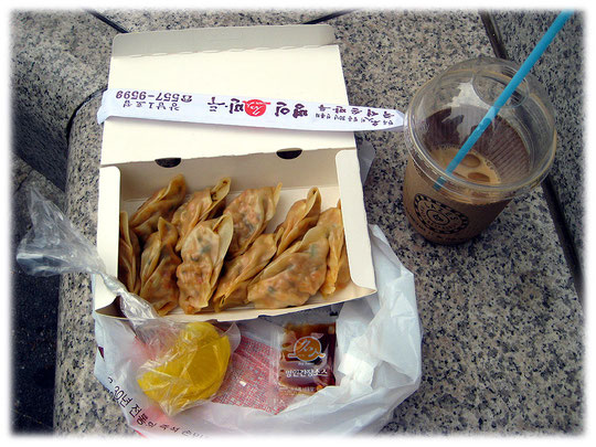 Photos of the Korean street food snack Mandu. This imbiss is very delicious! Bild von dem koreanischen asiatischen Gericht Mandu - Eine Teigtasche gefüllt mit Fleisch, Gemüse oder Kimchi.