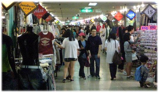 Photo of many small shops inside a big department store in Seoul. Bilder von Kleidungs- und Modegeschäfte in einer Einkaufsstraße in Seoul in Südkorea.