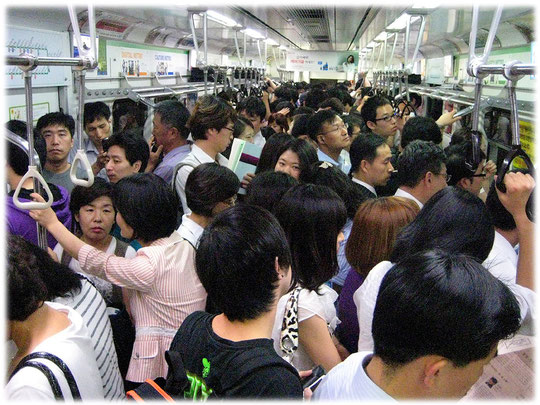 This photo shows the image of an overcrowded subway train in Seoul, South Korea. Foto mit Koreanern in einer überfüllten U-Bahn in Seoul, Südkorea. Please watch the Seoul subway video at the bottom.