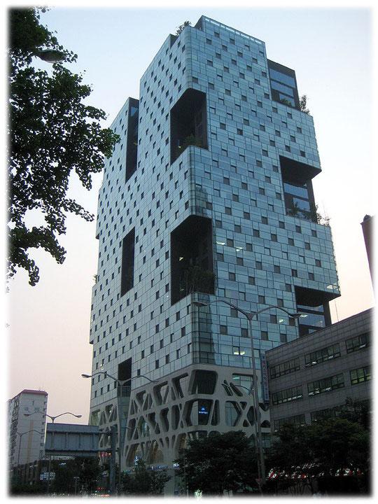 On this image you see a skyscraper of Seoul which looks very beautiful. Fotos von einem wunderschönen Hochhaus mit blauer Farbe in der Hauptstadt von Südkorea